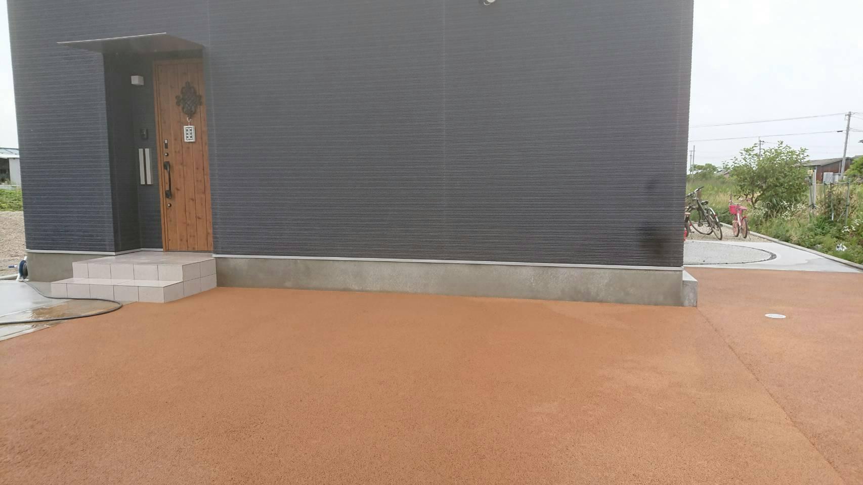 6/13施工 小倉南区 防草工事 家の正面を標準色で施工しました。