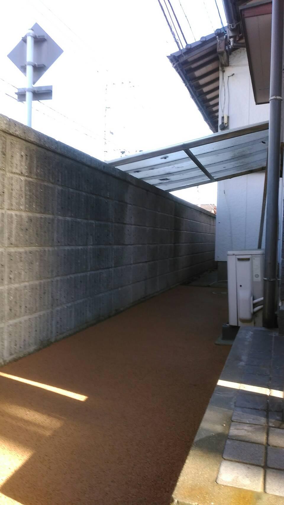 小倉北区 M邸防草工事 玄関横通路をライトブラウンで施工しました。