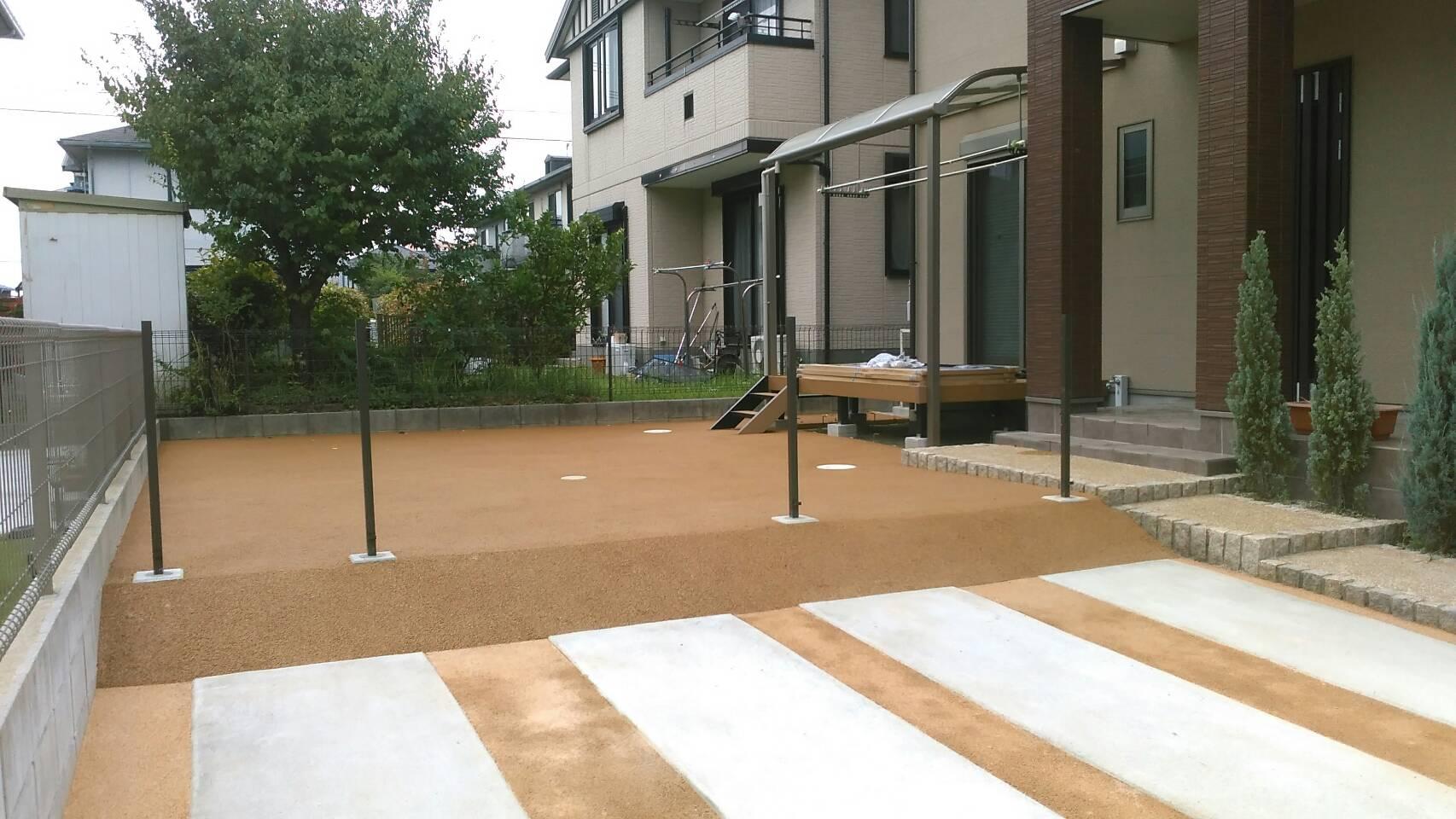 7/5施工 八幡西区 N邸防草工事 家の正面、駐車場の目地を標準色で施工しました。