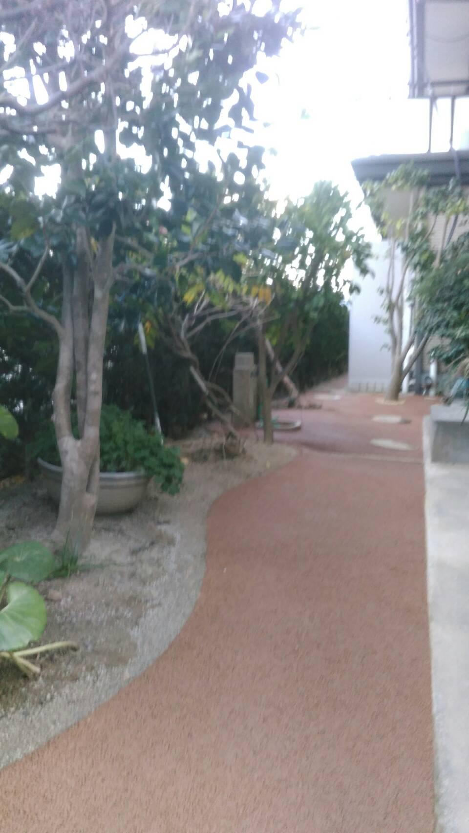 若松区 M邸防草工事 家の裏通路をライトブラウンで施工しました。