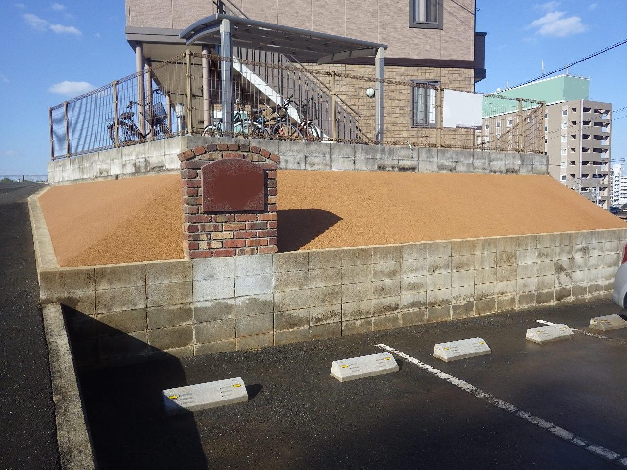 苅田町アパート 正面の法面をガチン固で施工しました。