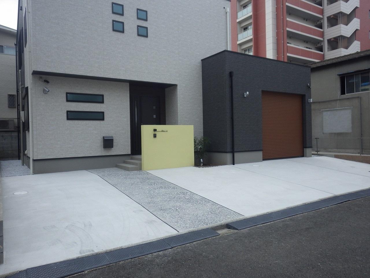 小倉北区 Y邸外構工事 駐車場、家の前の黄色い門柱を施工しました。