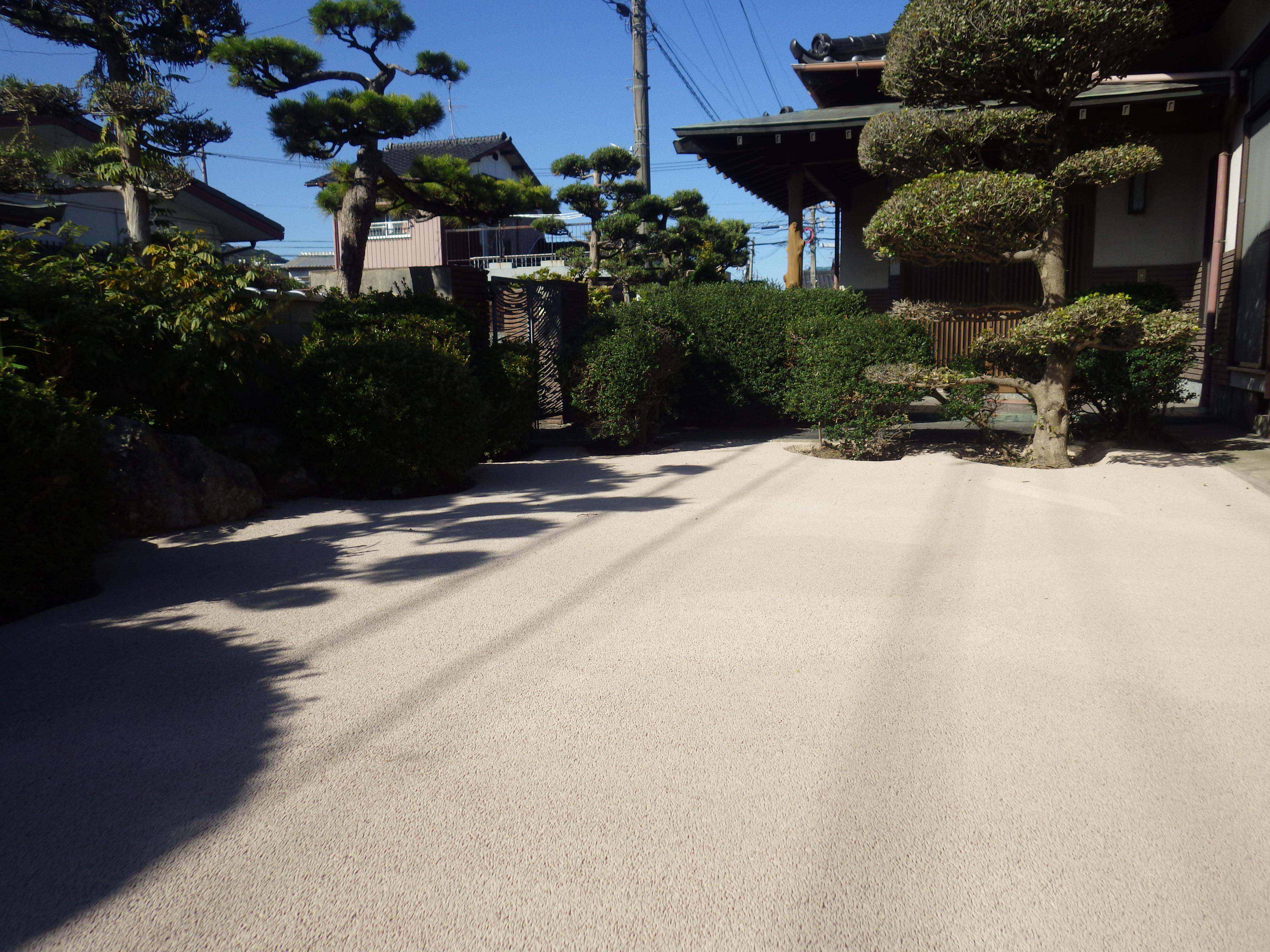 小倉南区 Y邸防草工事 庭をベージュで施工しました。