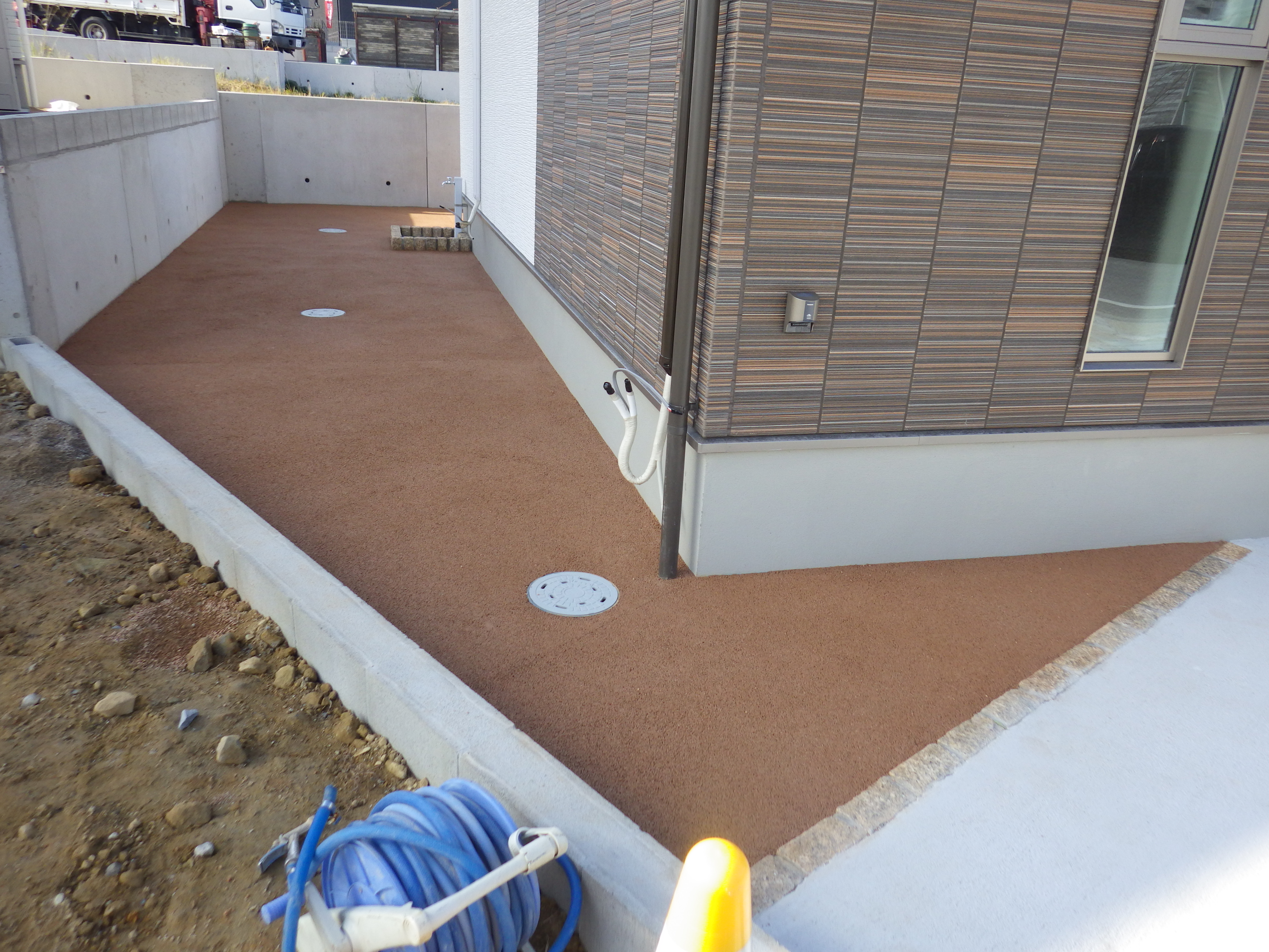 若松区 M邸防草工事 お庭全体を標準色で施工しました。