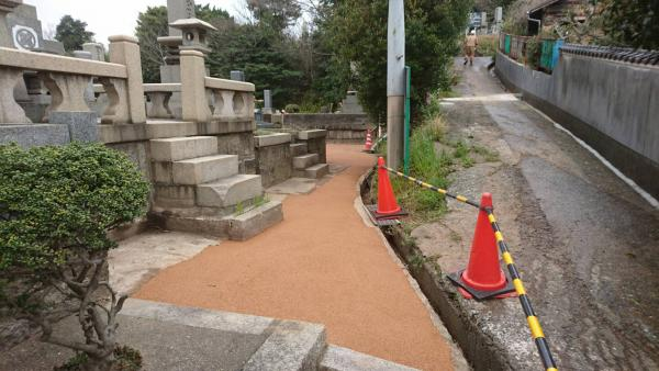 2017/3/29 若松区小田山霊園参道を施工! 雨上がりは水捌けが悪かった通路が、ガチン固で歩き易くなりました。